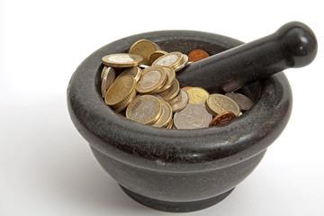 monety w moździerzu
