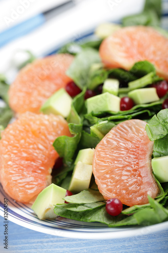 Spinach and tropical fruts salad