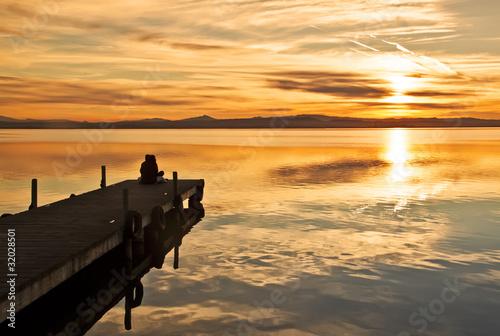 Deurstickers Pier mirando la puesta de sol