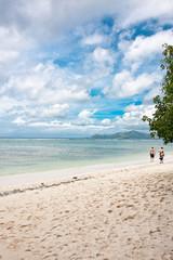 promenade sur plage de sable blanc aux Seychelles
