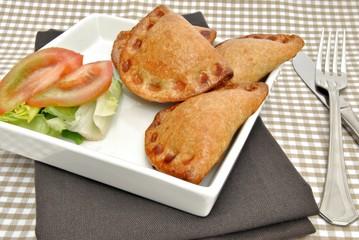 Empanadillas con ensalada