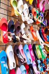Viele bunte Schuhe