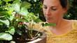 Junge Frau bei Gartenarbeit