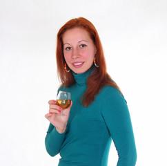 Молодая девушка в бирюзовом платье, с бокалом вина в руке