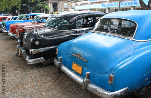 Papiers peints Vieilles voitures Vintage Cars Parked in a street of Havana, Cuba