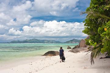 promenade sur la plage d'Anse Source Argent aux Seychelles