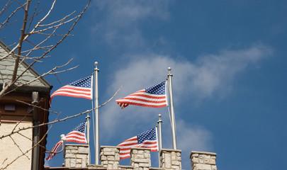 amerikanische Flagge vor Zinnen
