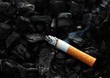 Palenie papierosów z dymu na czarnym tle