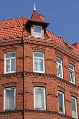 altes Mehrfamilienhaus mit Dachgaube