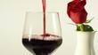 vino rosso e bocciolo di rosa