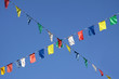 Schräge Wimpelleine am blauen Himmel