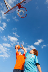 zwei freunde spielen basketball