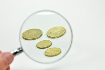 Geldmünzen mit Lupe
