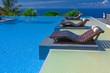piscine à débordement et transats au bord de l'océan