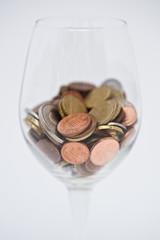 Bicchiere da vino con monete