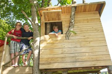 Jugendliche im Baumhaus