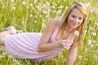Mädchen mit Pusteblumen in der Blumenwiese