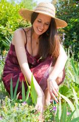 jeune femme qui jardine