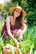 jeune femme qui jardine avec le sourire