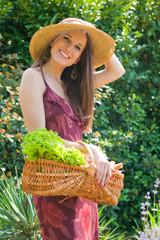 jeune femme souriante qui jardine