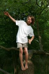 enfant équilibre arbre