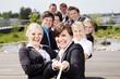Lachende motivierte Mitarbeiter ziehen am Seil - 32130119
