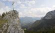 frau geht letzte meter zum gipfel der kindelwand in oberbayern