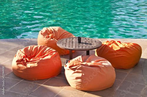 Salon lounge au bord d'une piscine - 32144108