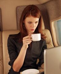 Mujer elegante en un avión.