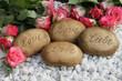 Steine mit der Inschrift Liebe und Love