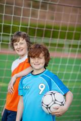 zwei freunde beim fußball