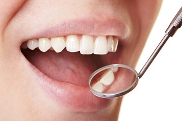 Frau beim Zahnarzt in Behandlung