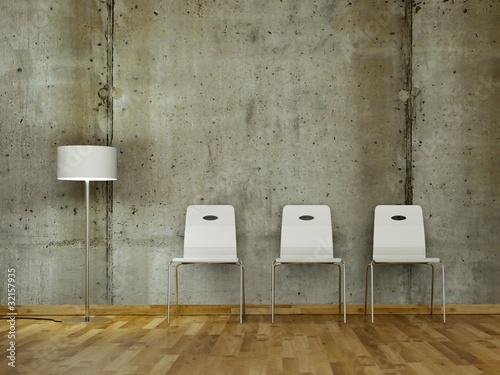 Weiße Stühle vor Betonwand 2