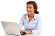 auszubildende sitzt am laptop