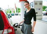 woman refuel her car