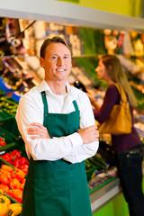 Mann im Supermarkt als Verkäufer