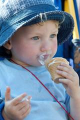 zweijähriger Junge beim Eis essen