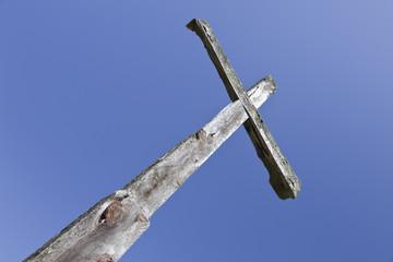 cruz de madera recortada sobre el cielo