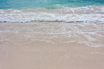 vaguelettes sur plage de sable fin