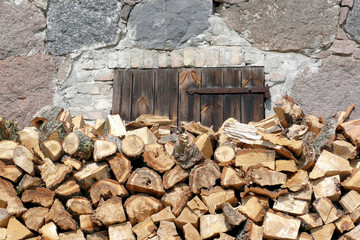 Holzstapel vor Tür