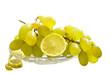 Виноград и лимон на белом изолированном фоне