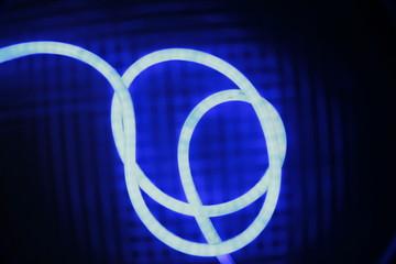 Длинная неоновая нить на синем фоне