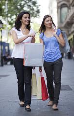 Zwei Frauen laufen durch die Innenstadt