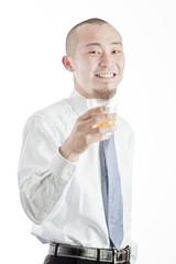 ティーで一息いれる笑顔のビジネスマン