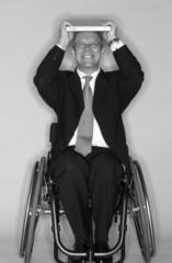 Rollstuhlfahrer mit Laptop