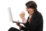 Schreiende Frau mit Laptop