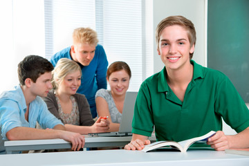 Lerngruppe im Klassenraum