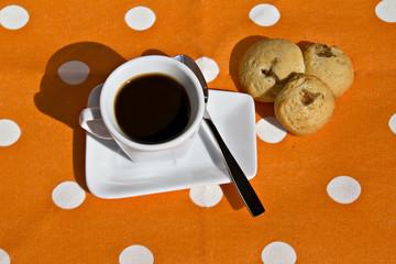 Tazzina di caffè e biscotti alle mele