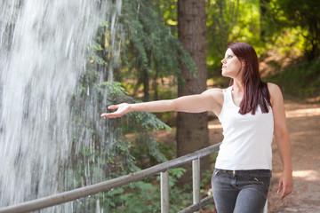 Ragazza vicino ad una cascata