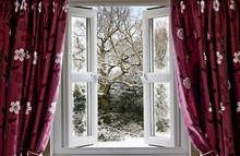 Ouvrir la fenêtre avec vue sur une scène d'hiver neigeux